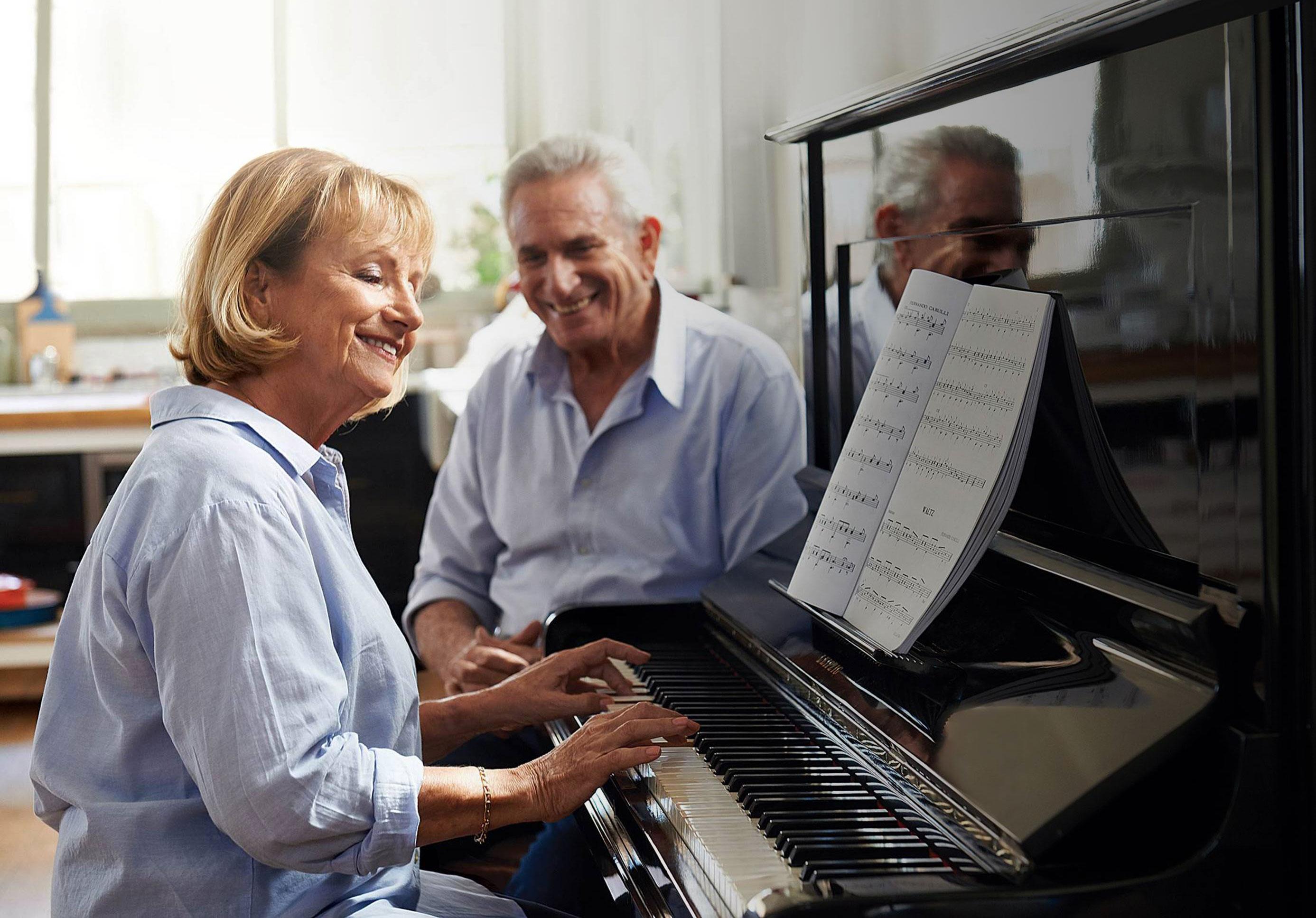 אישה מבוגרת מנגנת על פסנתר